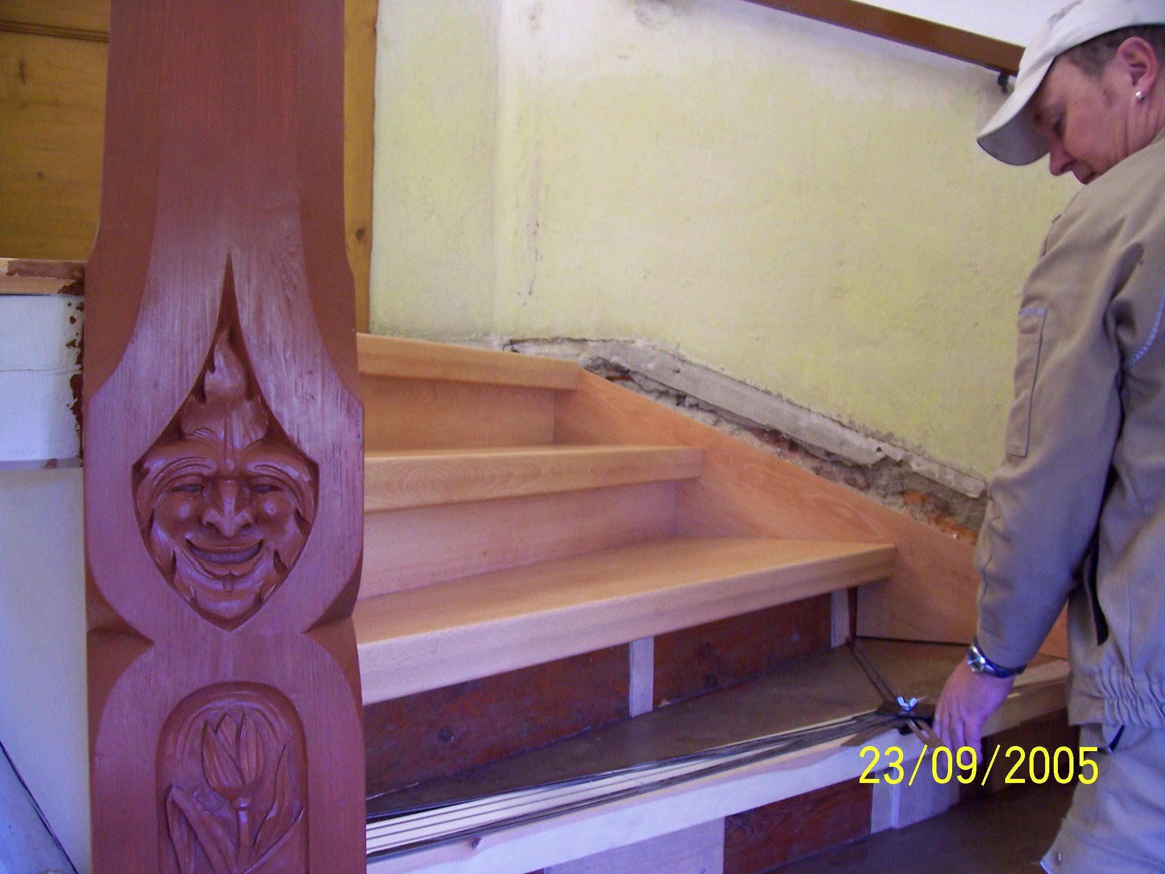 Stufen werden gemessen, zugeschnitten und aufgeklebt